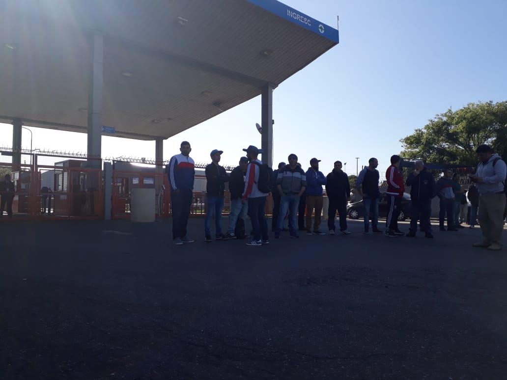 Obreros navales bloquean el acceso a las terminales 2 y y 3 en reclamo por la muerte de un obrero naval. El SAON no avaló la medida.